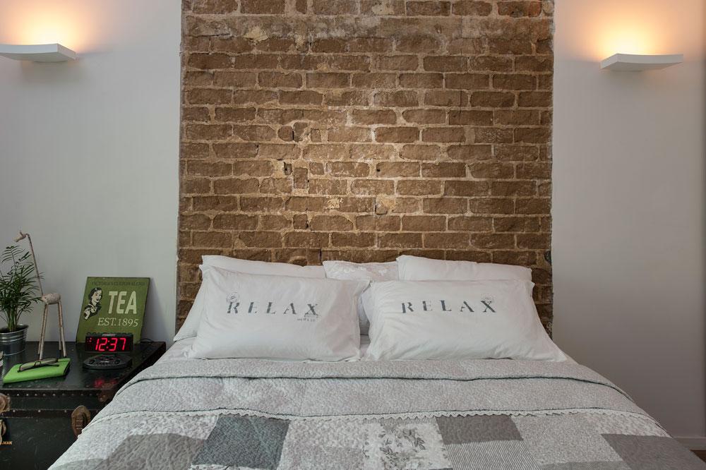 כאן גב המיטה הוא חלק ממרקם הקיר. חדר שינה בעיצוב שירי בלום לאודן (צילום: אסף הבר)