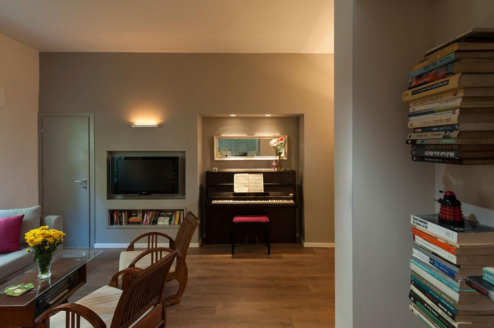 מבט מהמטבח לכיוון הסלון ודלת חדר השינה (צילום: אסף הבר)