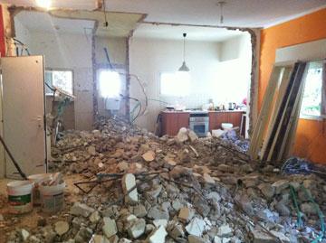 כמעט כל הקירות הפנימיים נהרסו (צילום: שירי בלום לאודן)