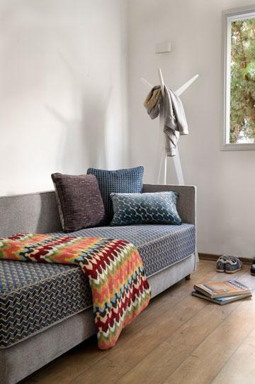 ספה בגוני ג'ינס ואפור בחדר העבודה (צילום: גלית דויטש)