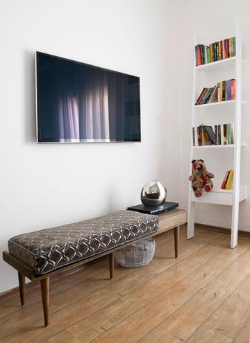 ובדירה השנייה: ספסל מרופד וספרייה בחדר השינה (צילום: גלית דויטש)