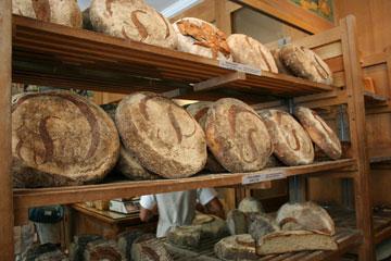 ספינת הדגל של המאפייה. הלחם של פואלן (צילום: שרון היינריך)