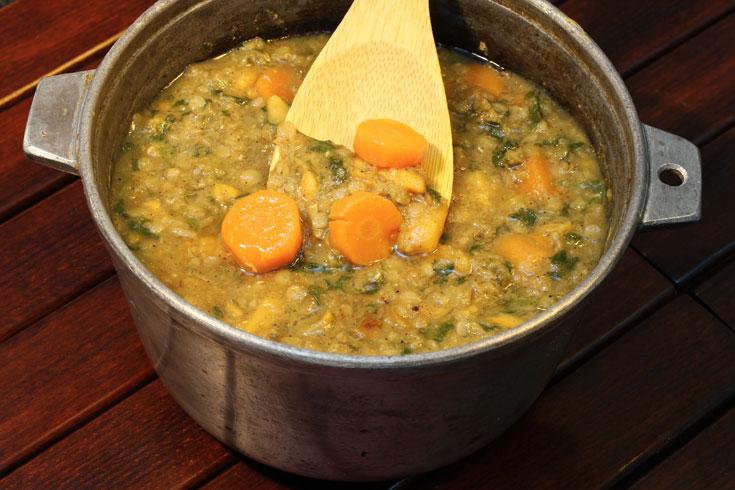 מרק ירקות כתומים ועדשים כתומות (צילום: אסנת לסטר)