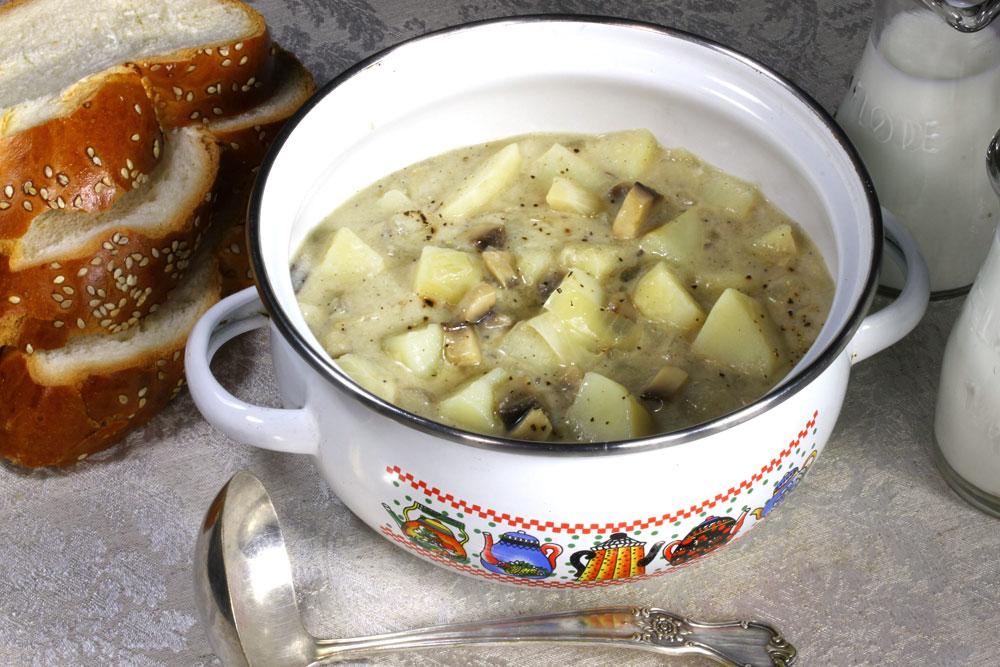 מרק פטריות ותפוחי אדמה (צילום: אסנת לסטר)