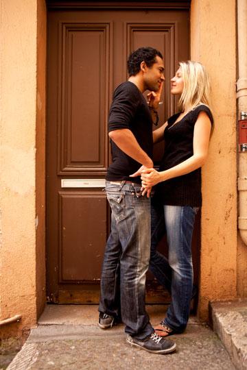 נשים מוצאות עצמן לפעמים תחת לחץ גברי להתנשק (צילום: shutterstock)