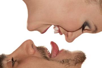הלשון, כידוע, היא איבר פאלי. לחלוחית הפה וחדירת הלשון  מעוררות אסוציאציות סקס (צילום: shutterstock)