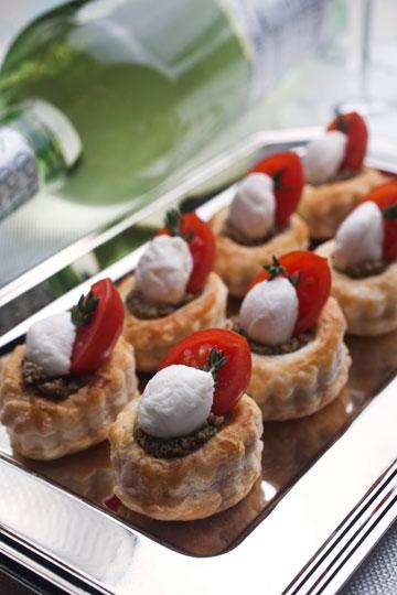 מיני-בורקס עם טפנד זיתים, מוצרלה ועגבנית שרי (צילום: רן גולני, סגנון: נעמה רן)