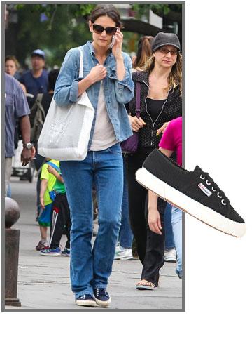 קייטי הולמס קז'ואלית בנעלי סופרגה (299 שקל) (צילום: splashnews/asap creative, אבי ולמן)
