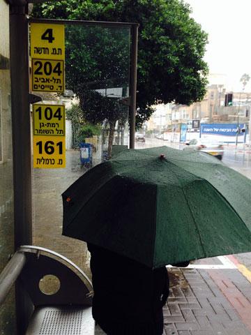 אין מקום להתחבא מפני הגשם. העיקר ששלטי הפרסומת בתחנה לא יוסתרו. רחוב בן יהודה, ת''א (צילום: איתי כ''ץ)