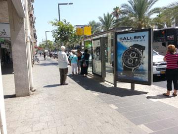 שביל האופניים באבן גבירול (בתצלום) דורש עירנות גבוהה של הולכי הרגל, במיוחד כשתחנת האוטובוס ממוקמת באמצע שביל האופניים (צילום: yoav lerman cc)