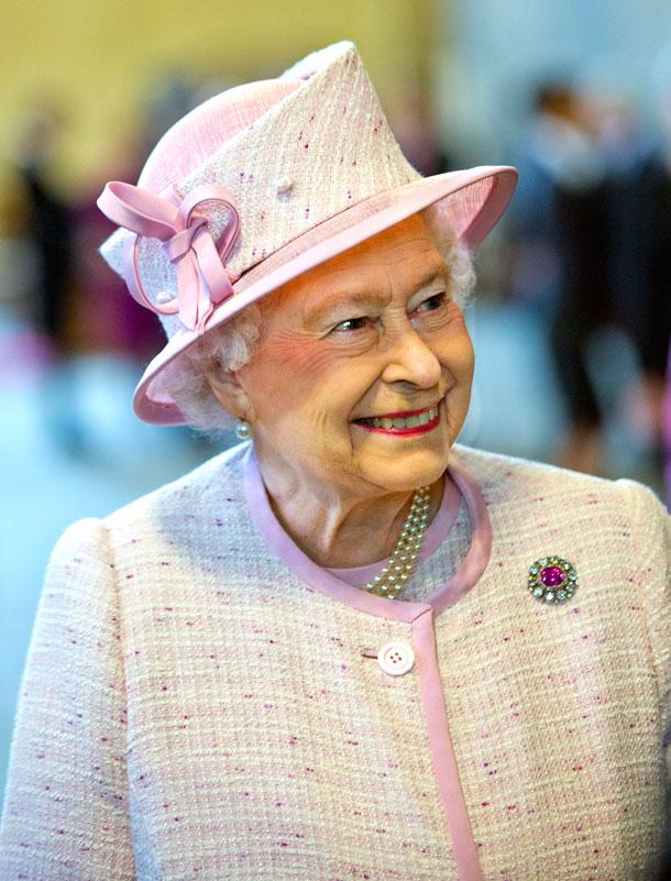 דלקת קיבה ומעיים ובעיה בלב. המלכה אליזבת לפני כשלושה שבועות (צילום: gettyimages)