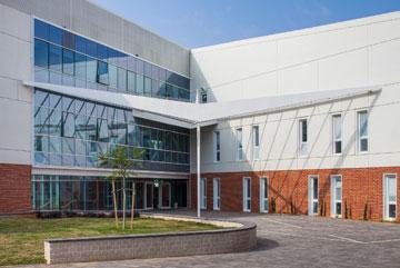 אלמנט עיצובי בצורת ציפור בכניסה לבניין (צילום: טל ניסים)