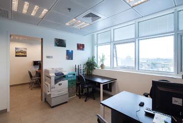 אחד המשרדים בקומה השלישית  (צילום: טל ניסים)