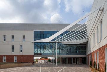רחבת הכניסה ממסגרת בניין ישן באזור (צילום: טל ניסים)