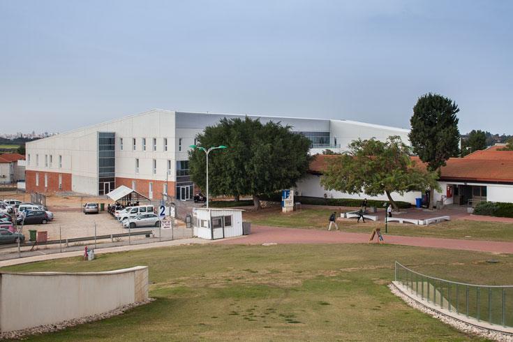 מבט לעבר הבניין החדש מכיוון הגג הירוק של האודיטוריום (צילום: טל ניסים)