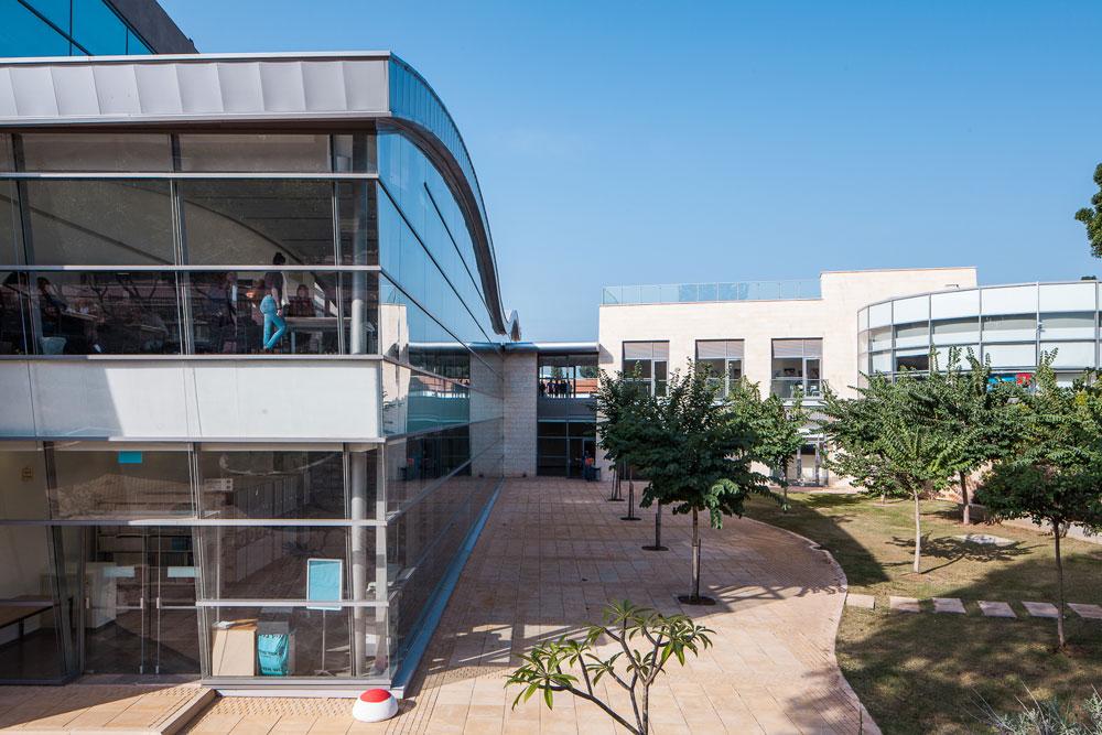 בניין הספרייה, שנחנך לפני שבע שנים. פרץ את הרקמה המסורתית עם חומרים מתכתיים וגג בצורת גל (צילום: טל ניסים)