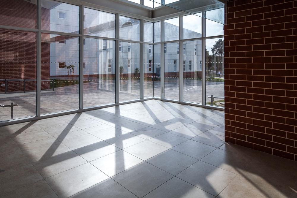 רחבת הכניסה, מבט מתוך הבניין. 2,500 סטודנטים אמורים ללמוד כאן (צילום: טל ניסים)