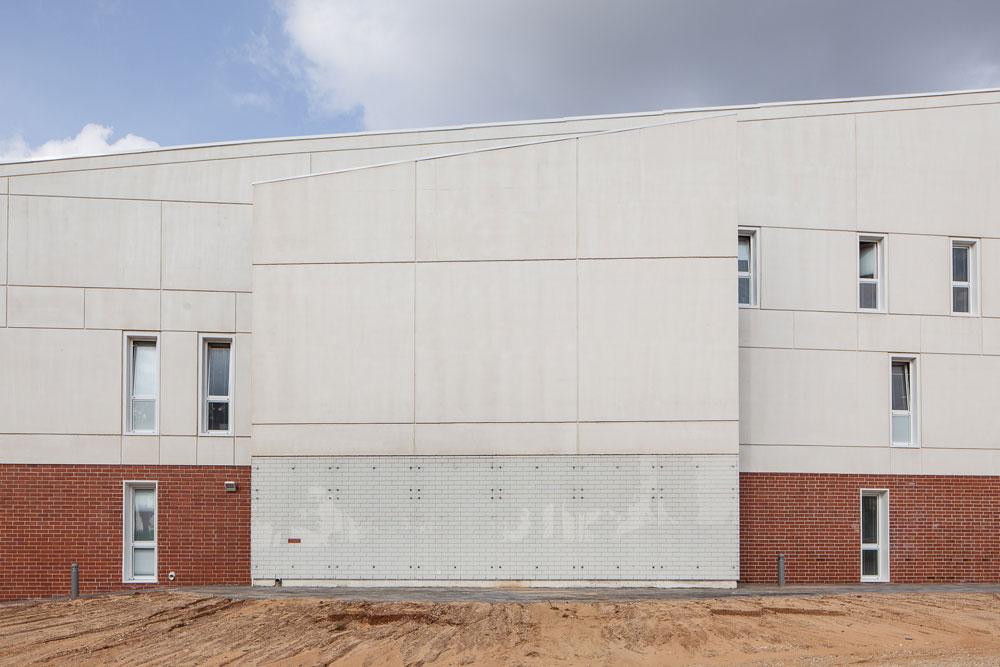לבנים אדומות וזכוכית מודפסת באחת מחזיתות הבניין החדש (צילום: טל ניסים)