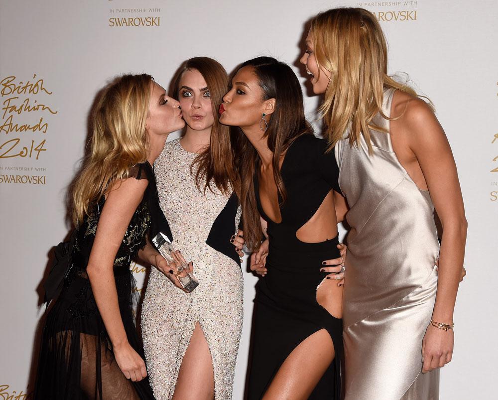 הזוכה בתואר דוגמנית השנה של טקס פרסי האופנה הבריטי. קארה דלווין עם האחות פופי והחברות ג'ואן סמולס וקרלי קלוס (צילום: gettyimages)