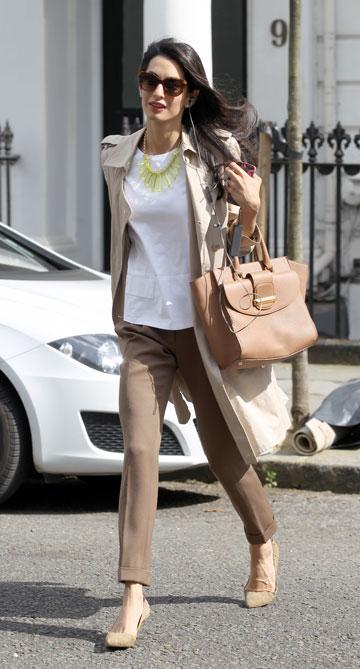 אמל אלמודין והתיק על שמה. סגנון אנין ותג מחיר של 1,200 דולר (צילום: splashnews/asap creative)