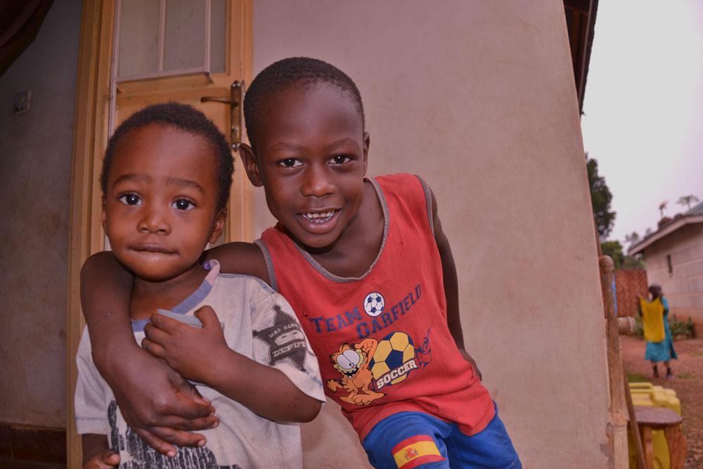 """ילדים אוגנדים שלהם סייעה באחד מביקוריה הקודמים באפריקה. """"ההורים שלי מודאגים מהנסיעות האלה. הם רוצים שאני אתחתן יום אחד, רוצים נכדים"""" (צילום: תמר דרסלר)"""