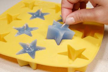 מחלצים את נרות הכוכבים מהתבנית (צילום: ענבל עופר)