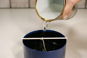 יוצקים את השעווה לתבנית (צילום: ענבל עופר )