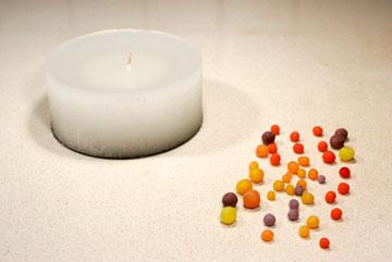 יוצרים מהשעווה הפיסולית כדורים קטנים וצבעוניים (צילום: ענבל עופר )
