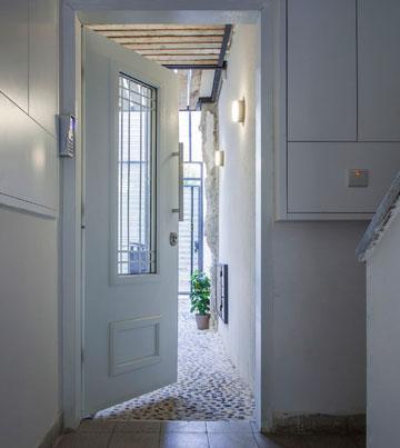 כניסה מחדר המדרגות המשותף (צילום: יואב גורין)
