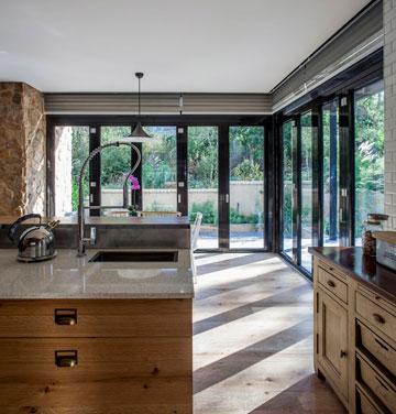 חלונות מזכוכית כפולה ומבודדת מקיפים את הקומה (צילום: יואב גורין)