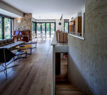 גרם המדרגות באמצע הקומה (צילום: יואב גורין)