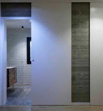 הכניסה לאחד משני חדרי הרחצה (צילום: יואב גורין)