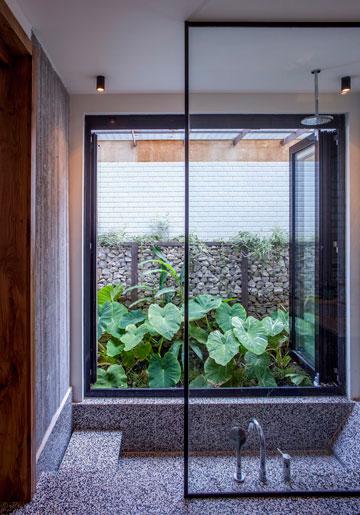 חצר קטנה, אבל נעימה. מבט מתוך אחד משני חדרי הרחצה הדומים (צילום: יואב גורין)