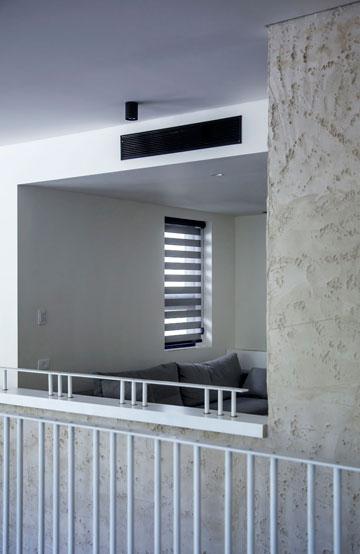 מבט אל חדר המשפחה עם הטלוויזיה, מאחורי גרם המדרגות (צילום: יואב גורין)