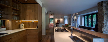 אפשר לראות מקצה לקצה - מהמטבח לחדר המשחקים (צילום: יואב גורין)