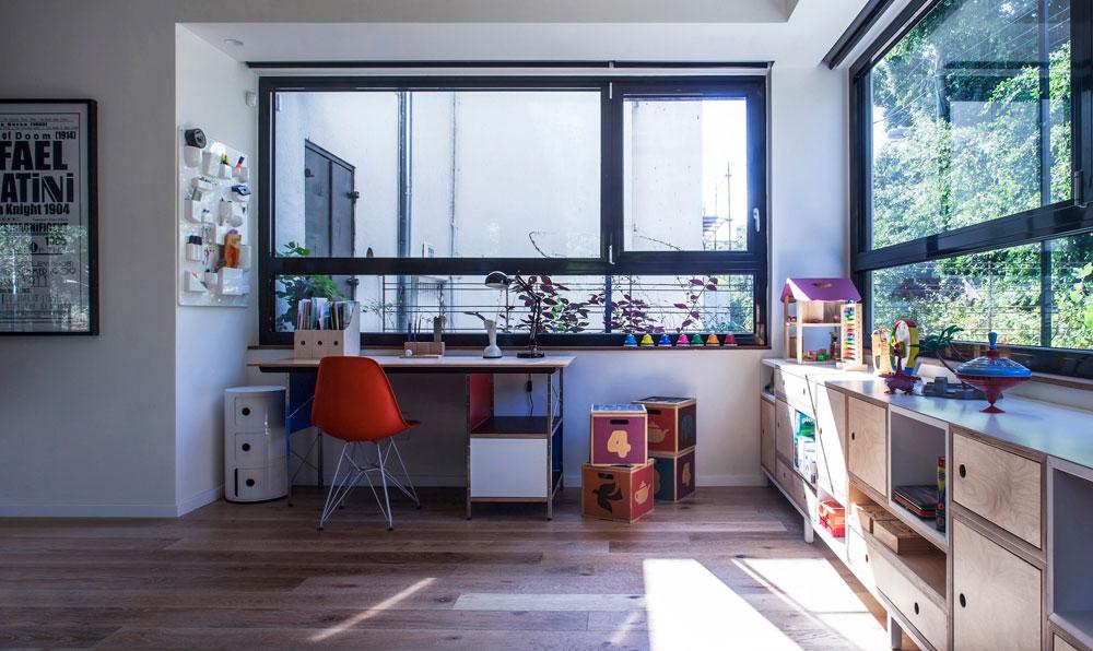 חדר המשחקים של הילדים. את רהיט האחסון תיכננה בעלת הבית, רונה מיוחס קובלנץ, מעצבת תעשייתית. בצד השולחן והכיסא הקלאסיים של אימס (צילום: יואב גורין)