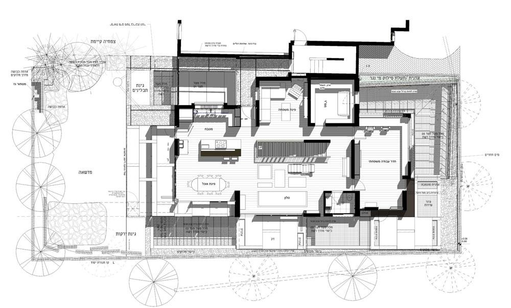 תוכנית קומת הקרקע. הכניסה דרך חדר המדרגות של הבניין, למעלה מימין. גרם המדרגות המובילות למטה תוכנן במרכז הקומה, וסביבו הפונקציות השונות (תכנית: אדריכל אבנר קובלנץ)