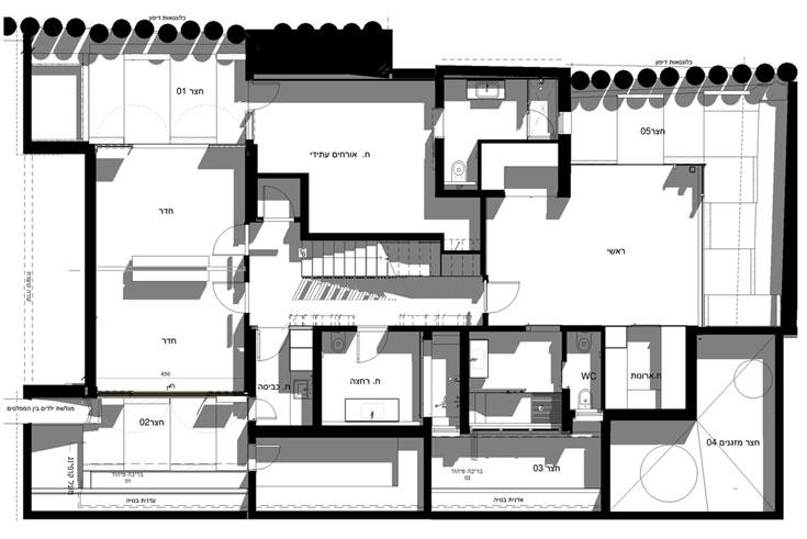 תוכנית הקומה החפורה, שמוקפת בחצרות אנגליות, המאירות את החדרים (תכנית: אדריכל אבנר קובלנץ)