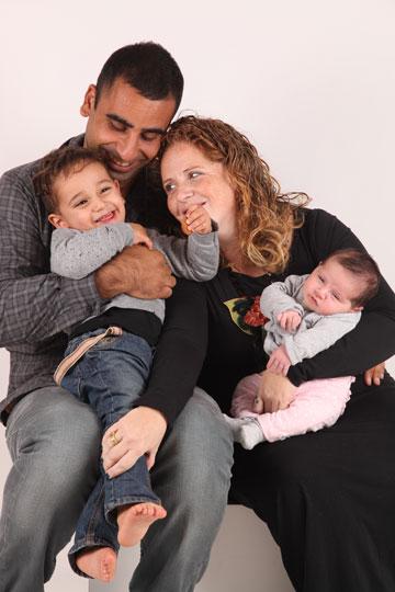 """""""החיים שלי השתנו בשנייה"""". דניאלה ושי עם הילדים איתמר ועמרי, לפני הפציעה (צילום: מאיה אהרוני)"""