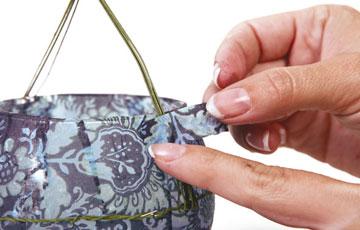 מכסים את חוט הברזל במפית (צילום: דנה לנדאו )