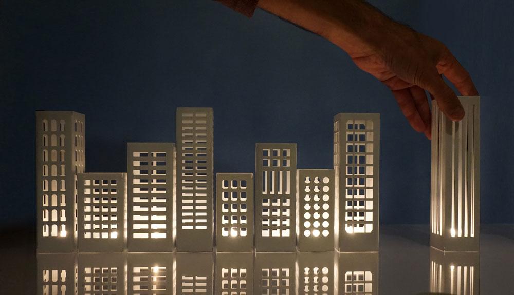 """החנוכייה """"Halo"""" בעיצוב עידן נויברג וגל בולקא, שתוצג בתערוכה """"מקור.אור"""" בכיכר הבימה. אחרי טקס הדלקת נרות חינמי תהיה גם מסיבה. """"את ההשראה קיבלנו מגורדי שחקים שאפשר לראות בכל העולם"""", אומרים המעצבים. """"זו ספק חנוכייה, ספק גוף תאורה הניתן להעמדה בתצורות שונות ועושה שימוש באור הנרות על מנת לברוא עיר זעירה ומלאת קסם"""" (צילום: ליהי ברבי)"""