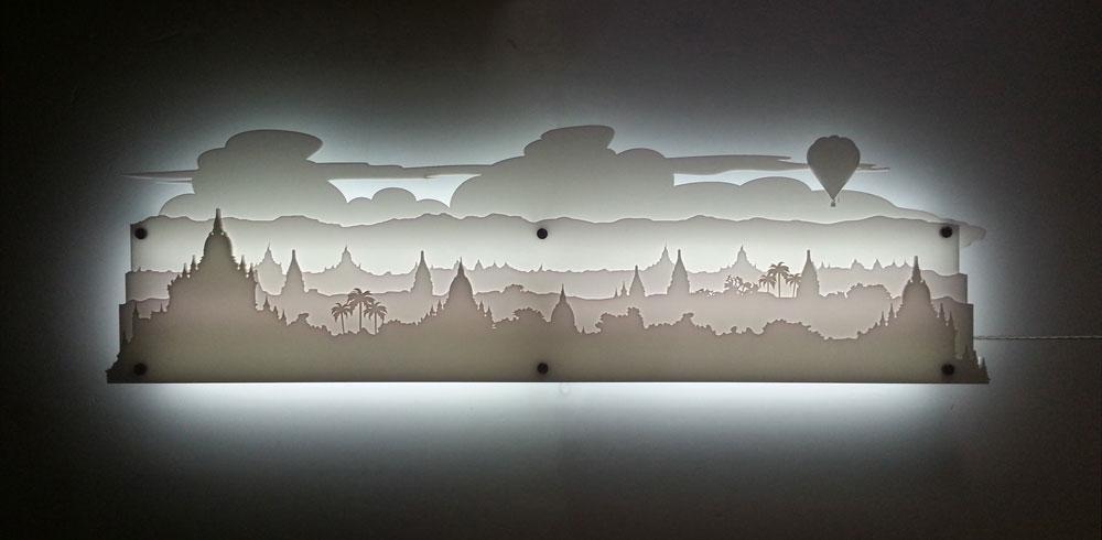 """Layered"" של סטודיו knob (עדי עזר ויותם שפרוני), מתוך ""מעט מן החומר"". אחת מסדרת עבודות בנייר ובזפרספקס, שמשרטטות נופים וסיפורים בשכבות של אור וחומר (צילום: studio knob)"