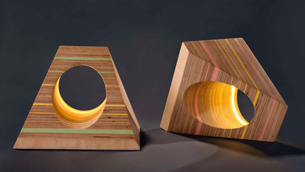 """מנורה בעיצוב סטודיו אושקי (טליה ינובר ולנה קרסנובסקי) שתוצג בתערוכה """"מעט מן החומר"""". """"המנורה היא חלק מסדרת 'Pl(a)ywood', המורכבת כולה מלבידי עץ ליבנה (Plywood) ושכבות של נייר צבעוני"""", מסבירות המעצבות. """"שכבות העץ וגיליונות הנייר מונחים זה על זה, נכבשים יחדיו בטכניקת שיכוב מסורתית, וכך נוצר שילוב חומרי חדש"""" (צילום: ג'ני בראסט)"""