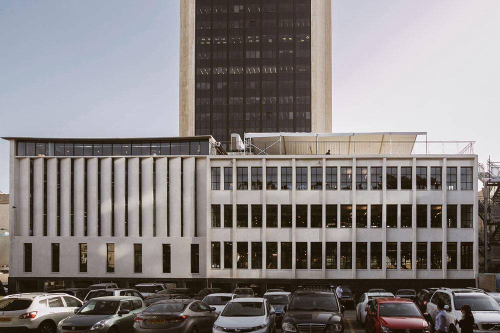 מבט מחניון לונדון מיניסטורס אל בניין WeWork הראשון בישראל, שנחנך החודש ברחוב דובנוב בתל אביב. ארבע קומות וגג שמשקיף אל נוף המגדלים החדשים סביב (צילום: שירן כרמל)
