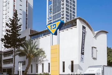 לאחר השיפוץ. המקום הבולט של ארון הקודש בחזית נשמר, ומאחור נראה מגדל G החדש (צילום: שירן כרמל)