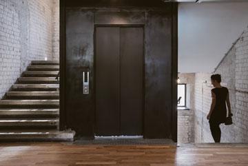 חדר המדרגות בלוק תעשייתי חשוף (צילום: שירן כרמל)