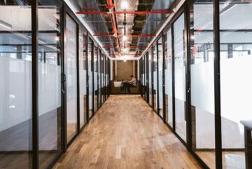 המשרדים גנריים למדי. פינת הישיבה בסוף המסדרון הזה, אגב, הייתה פעם ארון הקודש של בית הכנסת בבניין (צילום: שירן כרמל)