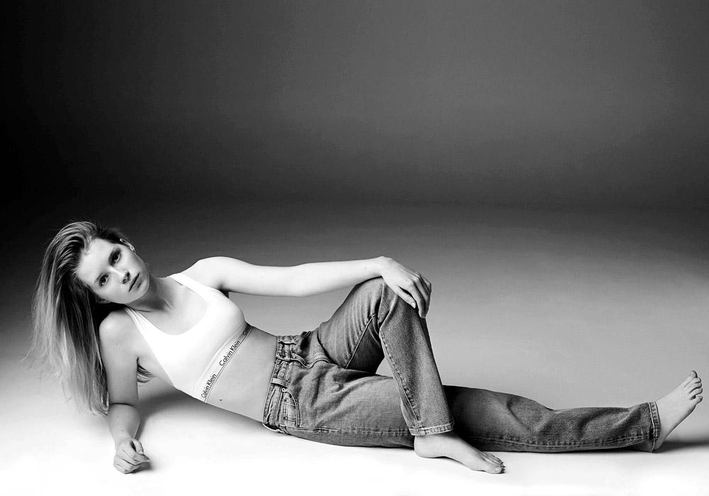 זה לא דז'ה וו. לוטי מוס נכנסת לנעליה של אחותה הגדולה קייט מוס בקמפיין של קלווין קליין