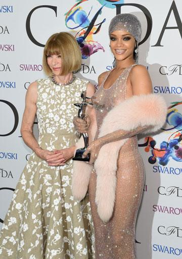 השמלה השקופה גנבה את ההצגה. ריהאנה, הזוכה בפרס אייקון האופנה ב-2014, עם אנה ווינטור (צילום: gettyimages)