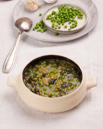 ירוק: מרק תרד ואפונה (צילום: רן גולני סגנון: נעמה רן)